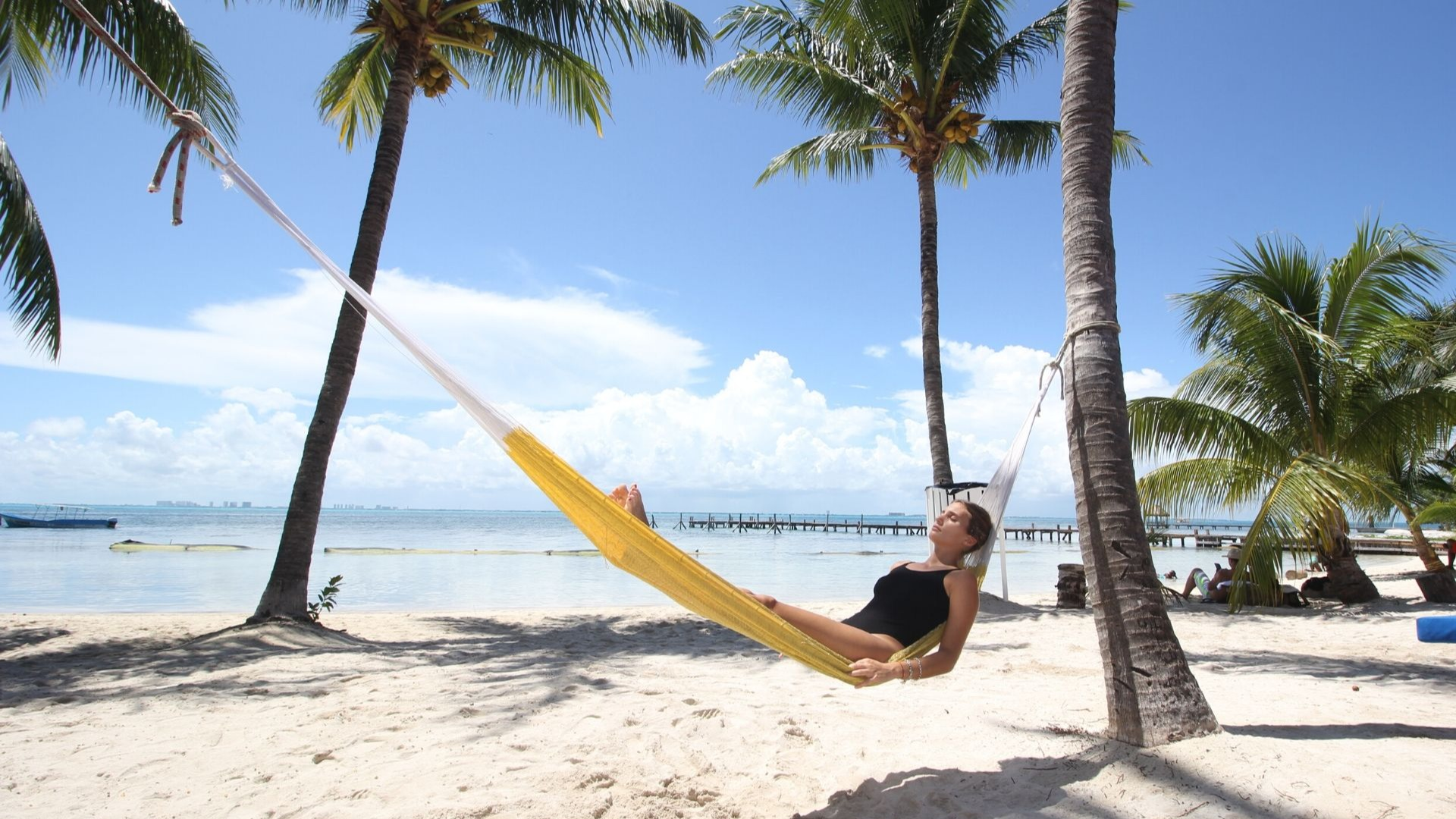 04 - Beach club - Playa Mexico - Ice Bar Isla Mujeres - Beach hammock